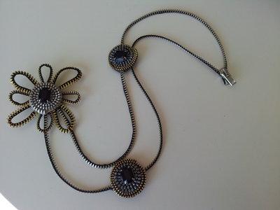 Collana di cerniere con fiore