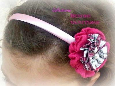 Cerchietto in raso rosa con fiore in tessuto