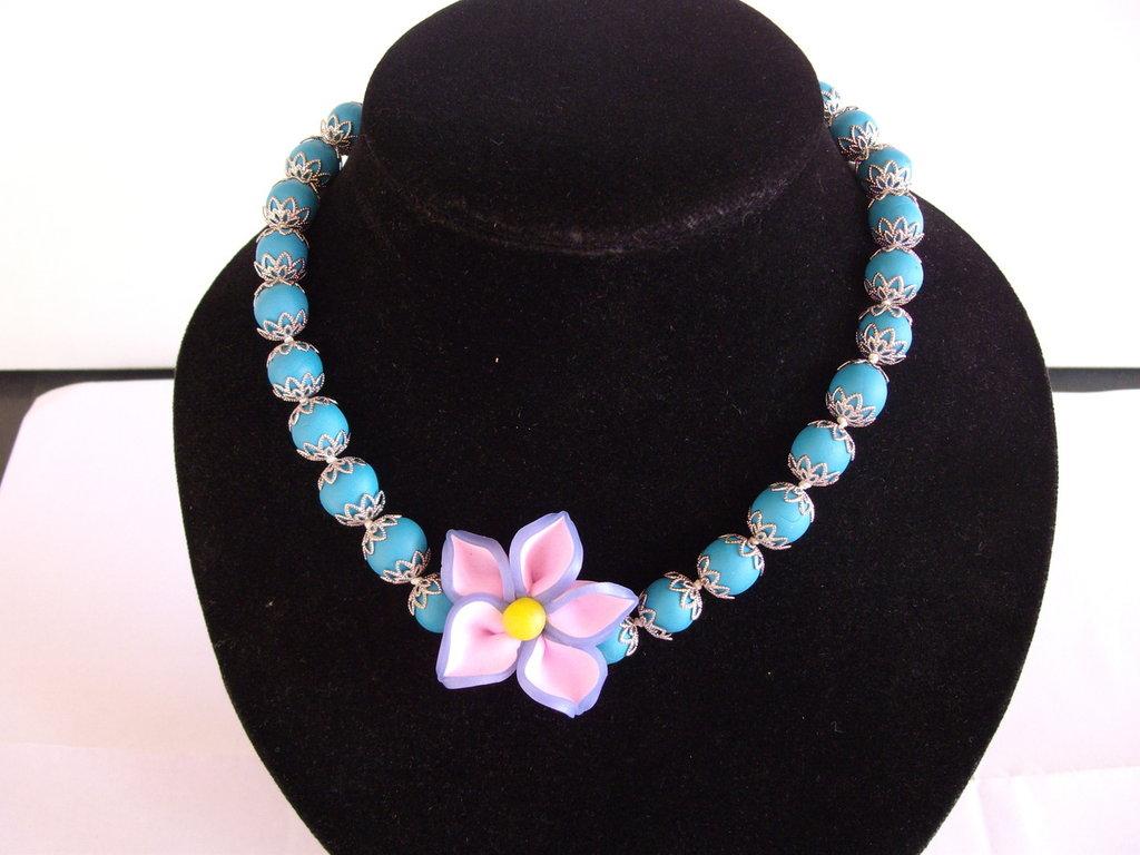 Collana con perle e fiore in fimo tutto fatto a mano.