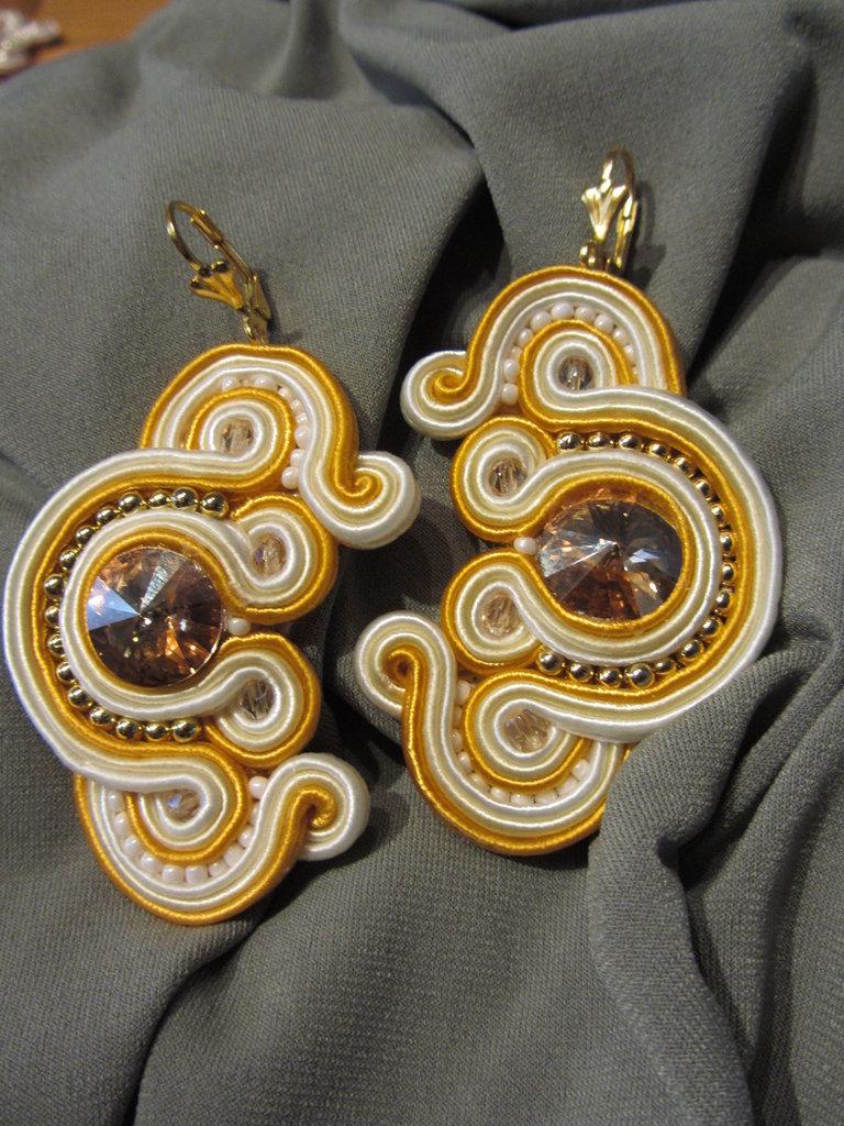 Orecchini pendenti tecnica soutache, fatti a mano, giallo sole e bianco con swarovsky centrale