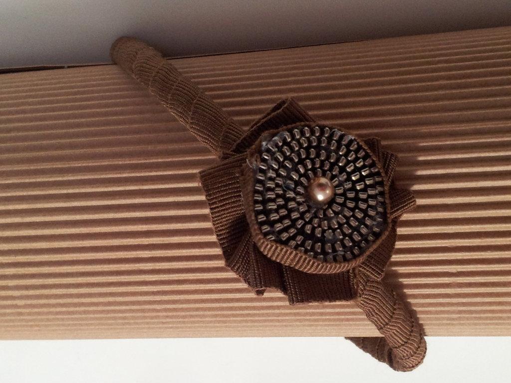 Cerchietto con coccarda in tessuto e girella di cerniera