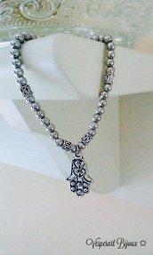 Bracciale mano di Fatima con perline color argento.
