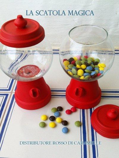 Distributore di caramelle rosso