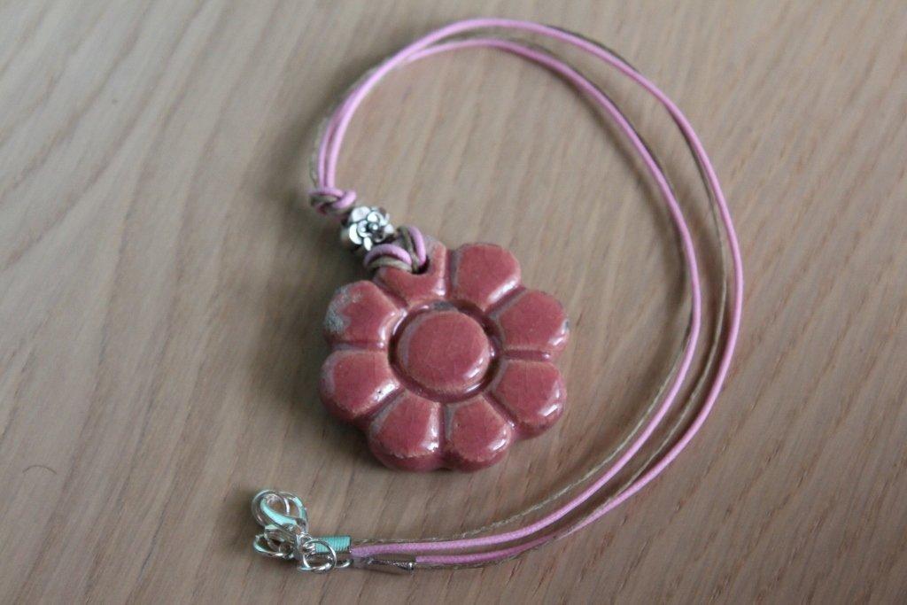 ciondolo margherita in ceramica raku rosa
