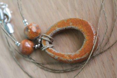 ciondolo ovale in ceramica raku arancione