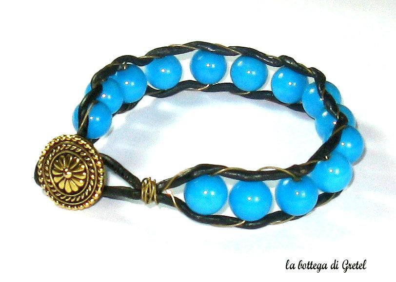 Bracciale etnico con perle azzurre e chiusura a bottone
