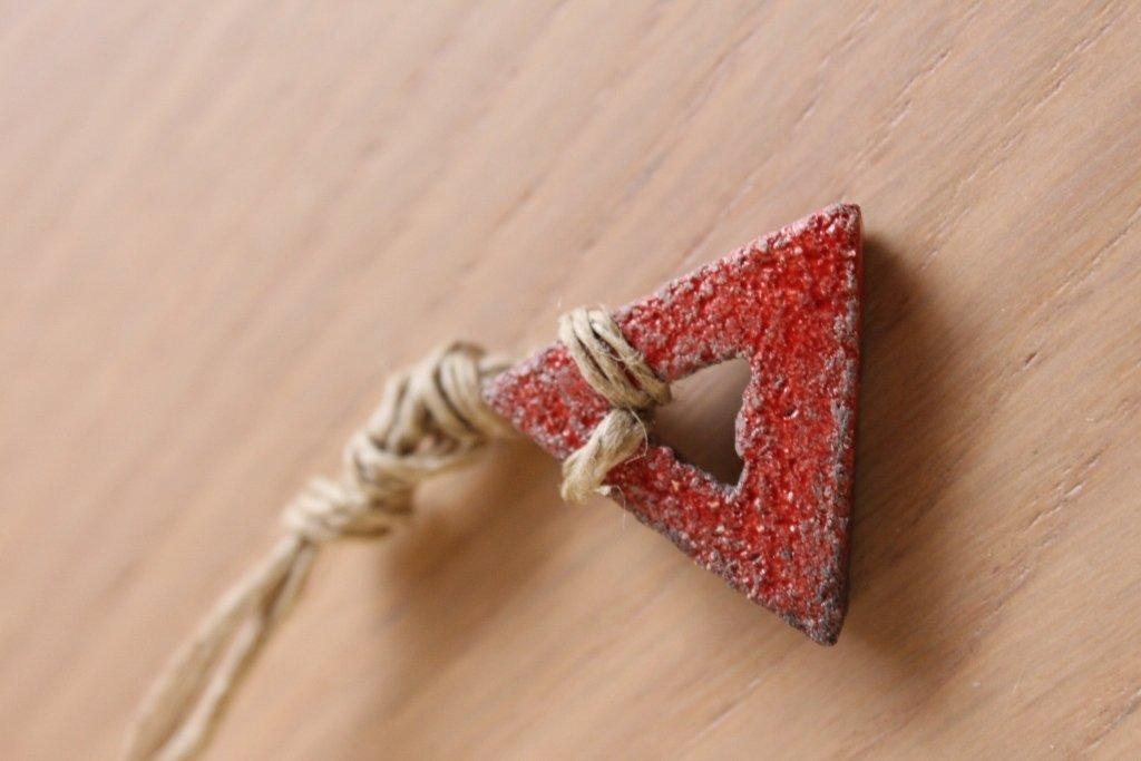 """ciondolo """"triangolo"""" in ceramica raku rossa"""