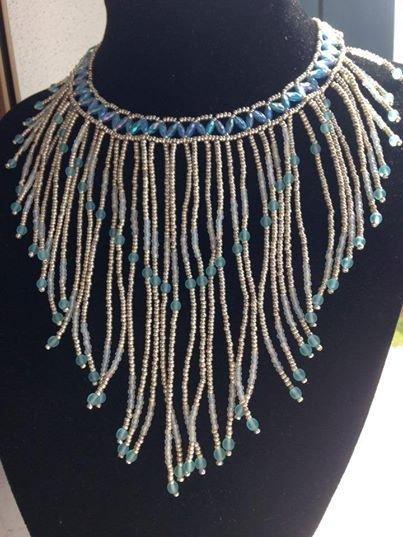 Collana con frange fatta a mano con perline in vetro nella tonalità dell'azzurro