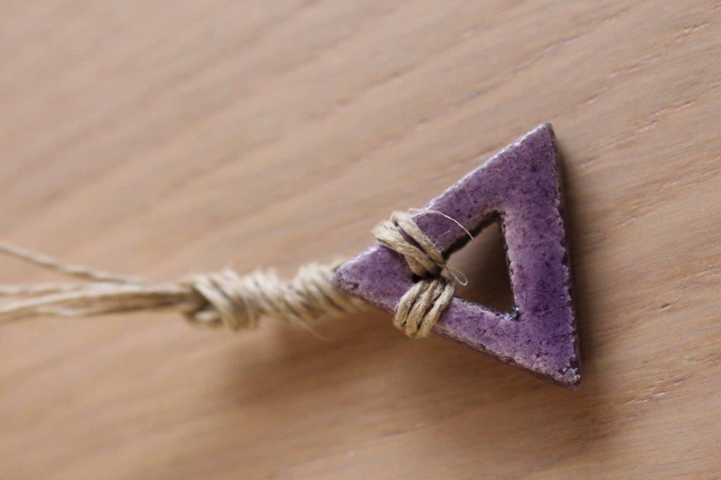 """ciondolo """"triangolo"""" in ceramica raku viola"""