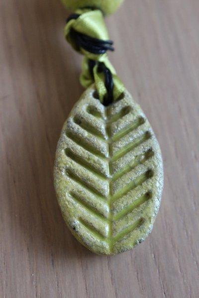 "ciondolo ""foglia"" in ceramica raku verde acido"