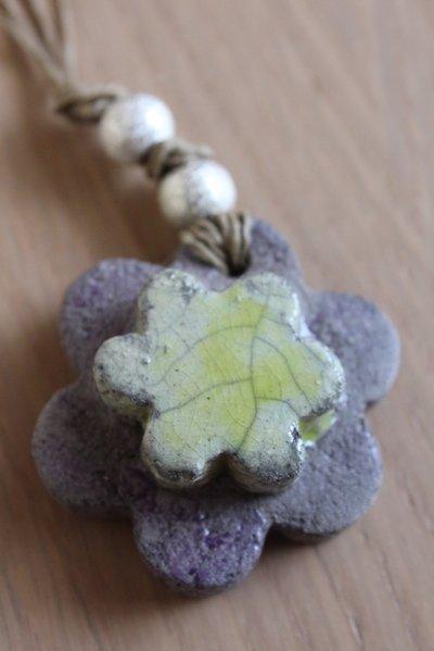 "ciondolo ""fiore"" in ceramica raku viola/verde acido"