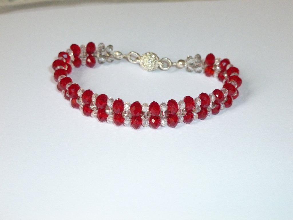 Bracciale intrecciato,luminosissimo, con cristalli rossi, grigi e trasparenti