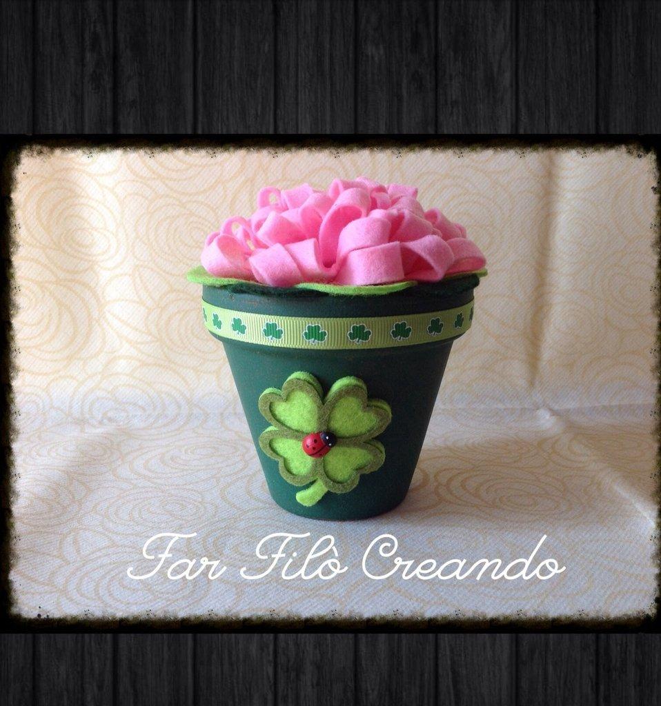 Piantina fiorita in feltro rosa e vaso verde in ceramica