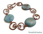 Bracciale spirali create a mano in rame e perle in madreperla