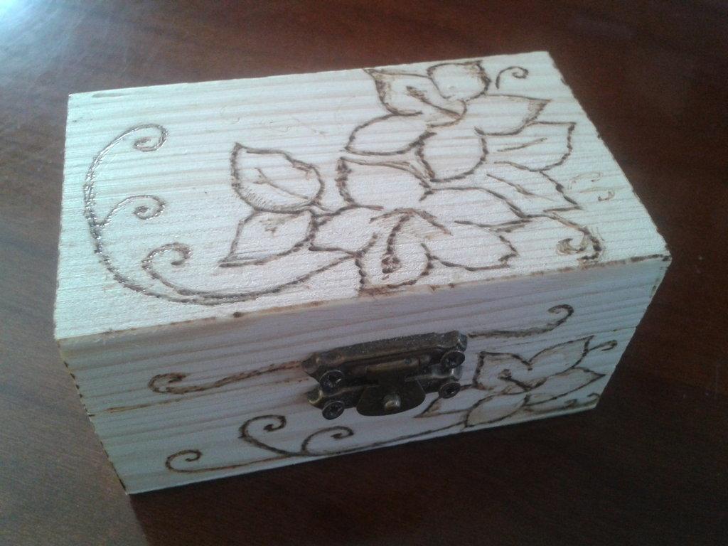 Bauletto di legno decorato