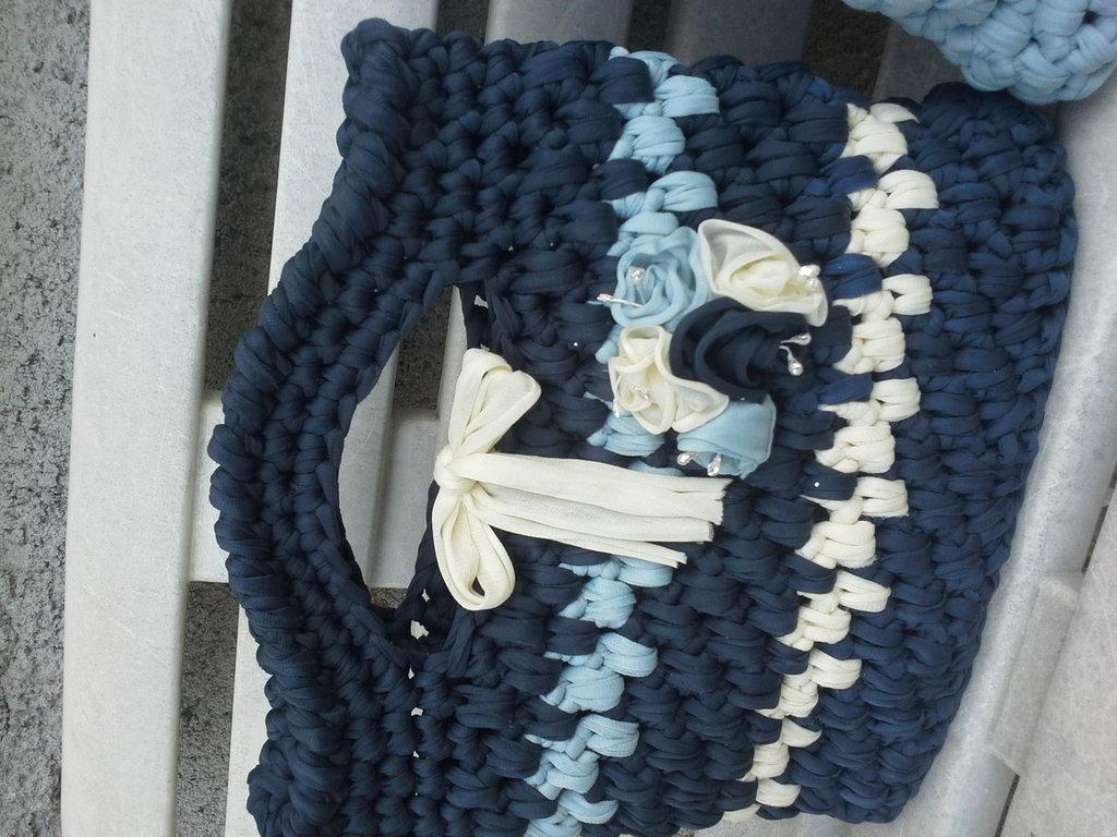 Borsa in fettuccia blu azzurro e panna con fiori in tinta