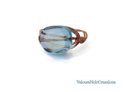 Anello creato a mano in rame e perla in vetro
