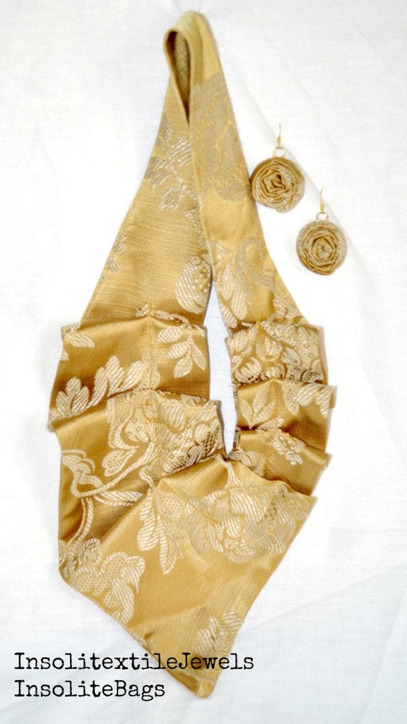 Collana e orecchini in tessuto lucido oro antico.