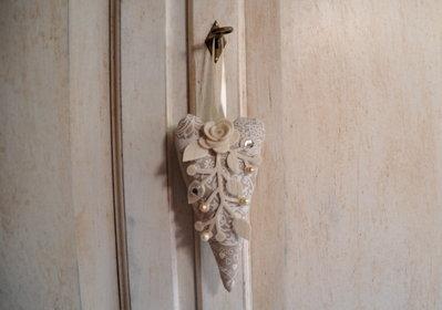 Cuore in stoffa shabby chic decorato con perle ed applicazioni in feltro.