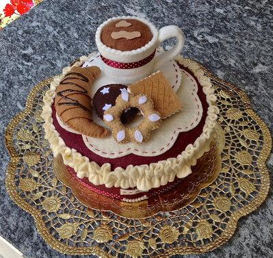 scatola rivestita in feltro prima colazione con tazza caffè, brioches e biscotti in feltro, bordò e panna