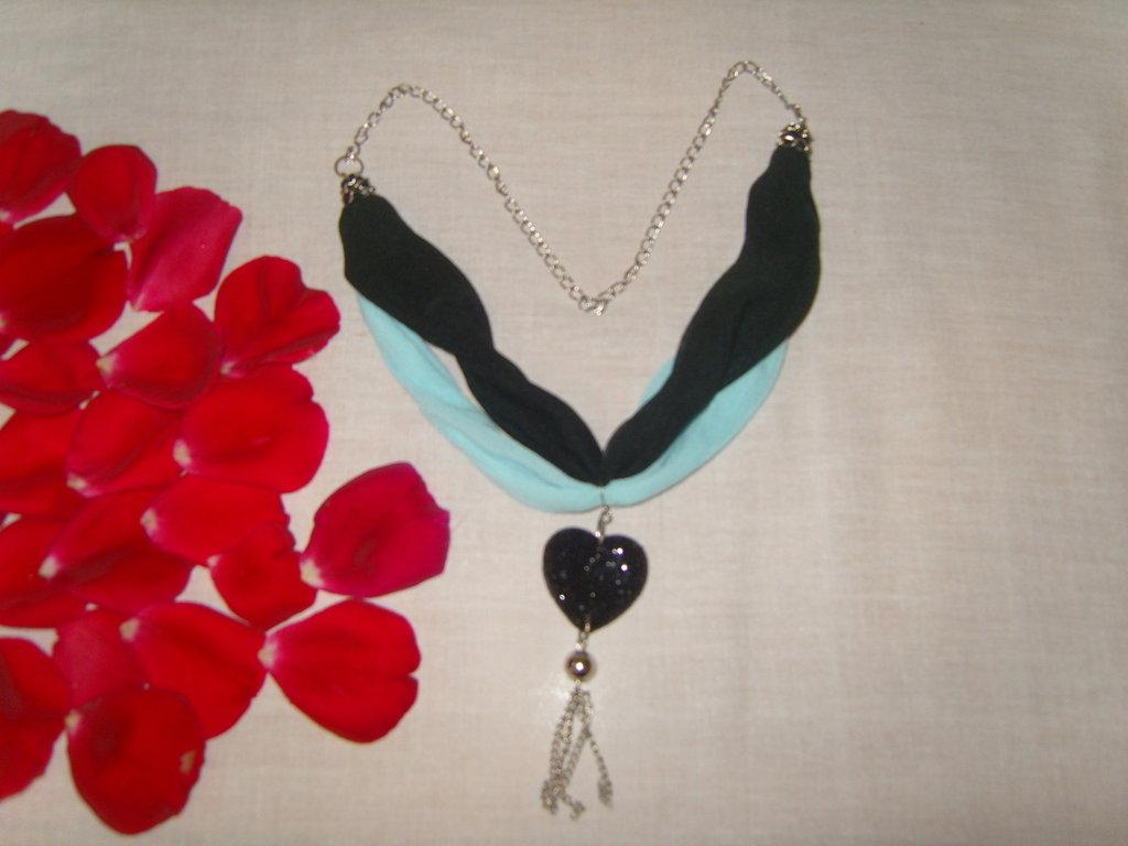 Collana in seta sintetica e catena con ciondolo a cuore
