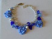 Bracciale con rose in fimo con perle e charms