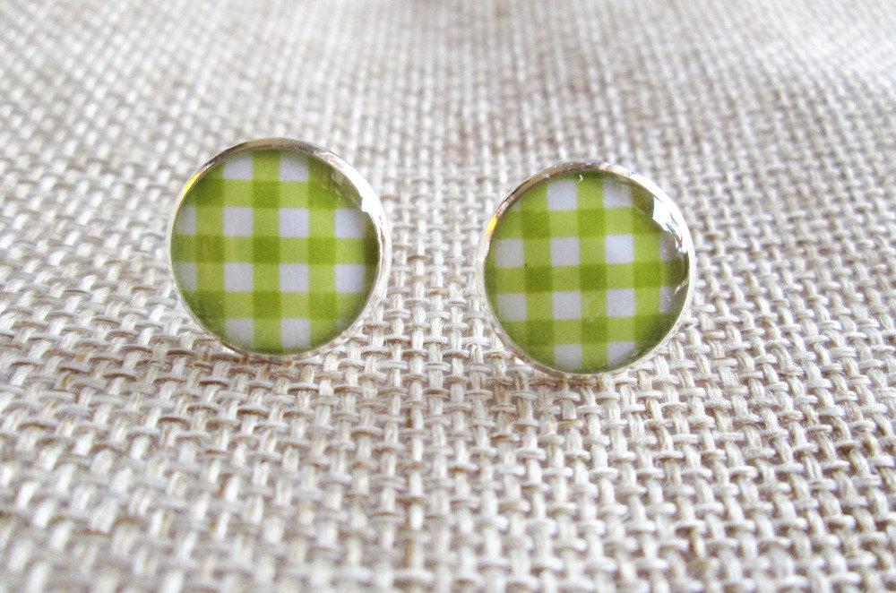 Orecchini in resina a quadretti bianchi e verde mela, perfetti per l'estate.