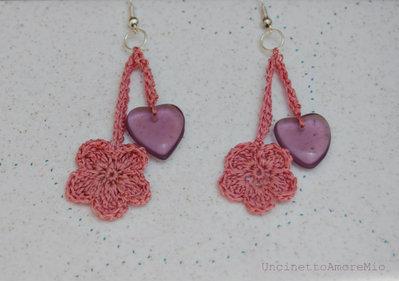 Orecchini pendenti uncinetto -fiore e cuore- in seta con perla di vetro