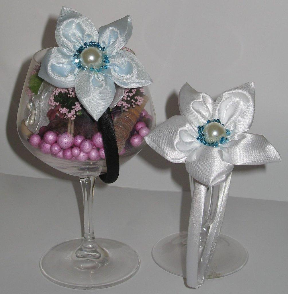 Coppia cerchietti raso con fiore a 5 petali, colori bianco e azzurro