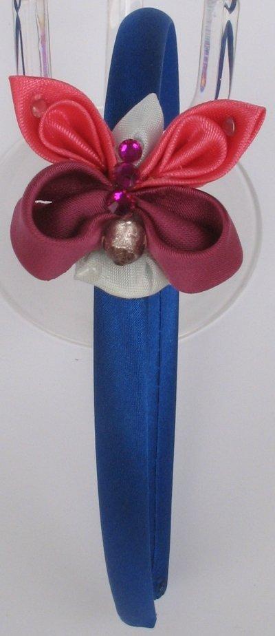 cerchietto blu con farfalla rosa, rosa scuro, corpo azzurro, strass e perlina 2D