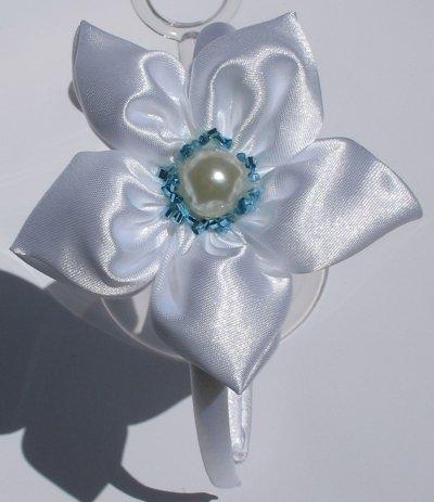 Cerchietto raso con fiore bianco