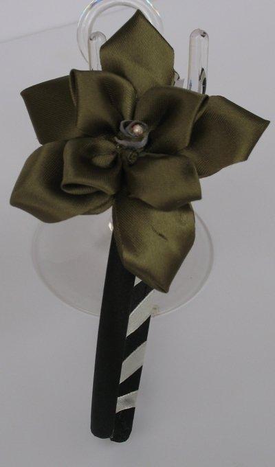 Cerchietto con decorazione in nastro a forma di fiore