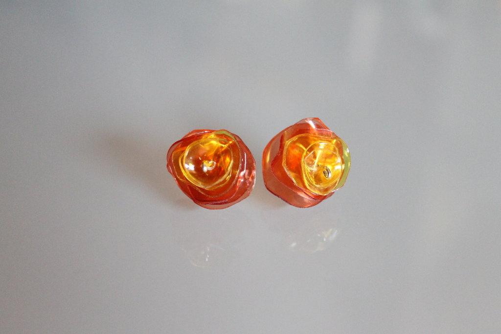 """Orecchini """"Plastic!"""" rossi e arancioni realizzati con la plastica delle bottiglie riciclate"""