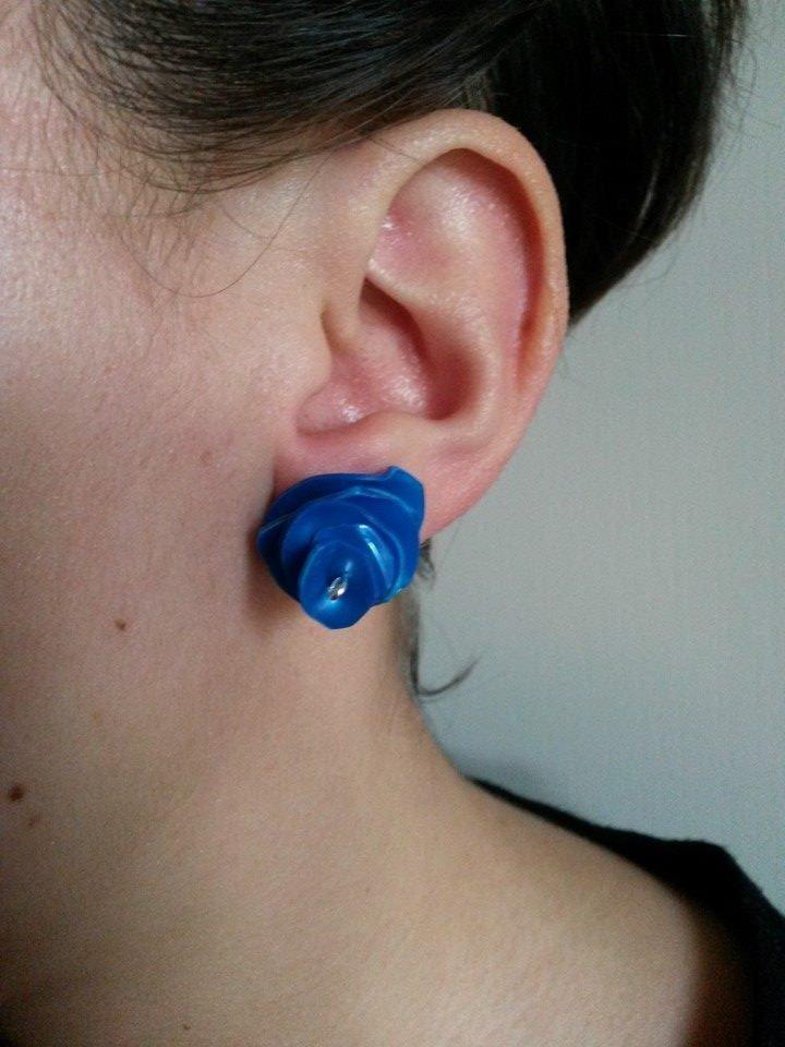 """Orecchini """"Plastic!"""" azzurri realizzati con la plastica delle bottiglie riciclate"""