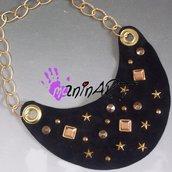 collana in vera pelle e borchie oro