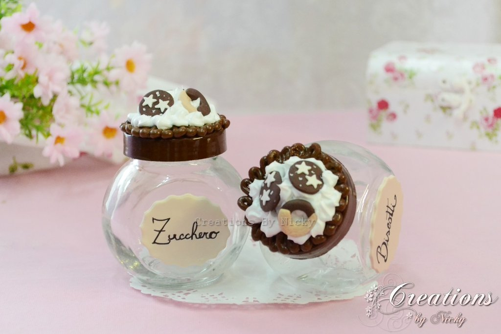 Coppia di barattolini decorati con panna e biscotti