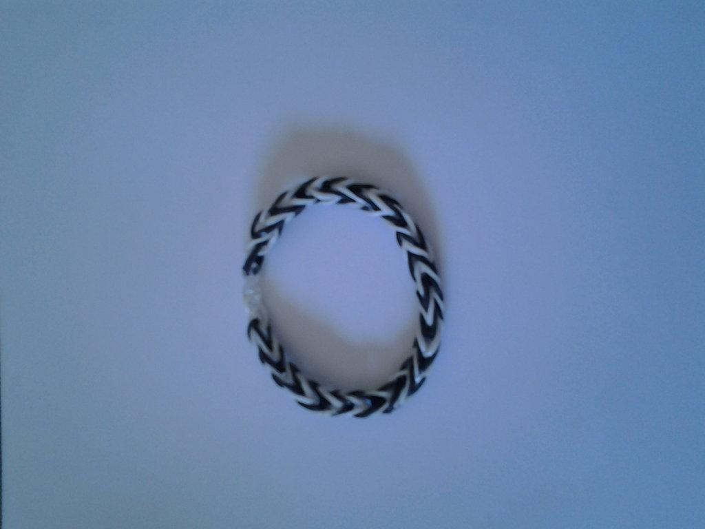 Braccialetto di elastici bianco e nero