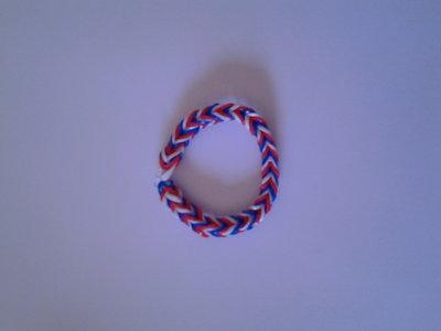 Braccialetto di elastici blu, bianco e rosso