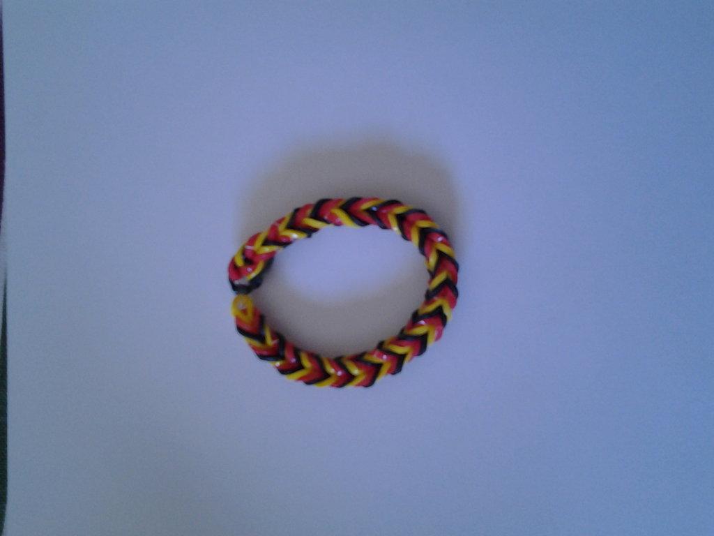 Braccialetto di elastici nero, rosso e giallo