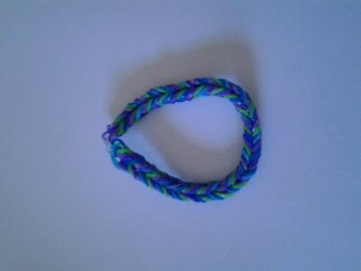 Braccialetto di elastici azzurro, blu, verde, lilla e viola