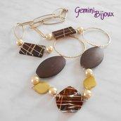Collana con grandi elementi in acrilico color caffè e metallo dorato