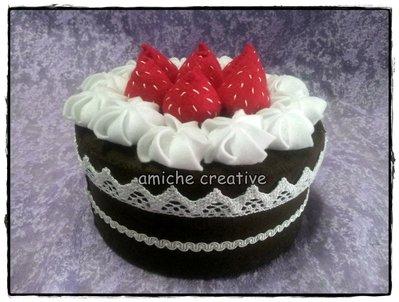 Scatola piccola torta in pannolenci -  cioccolato, meringhe e fragole