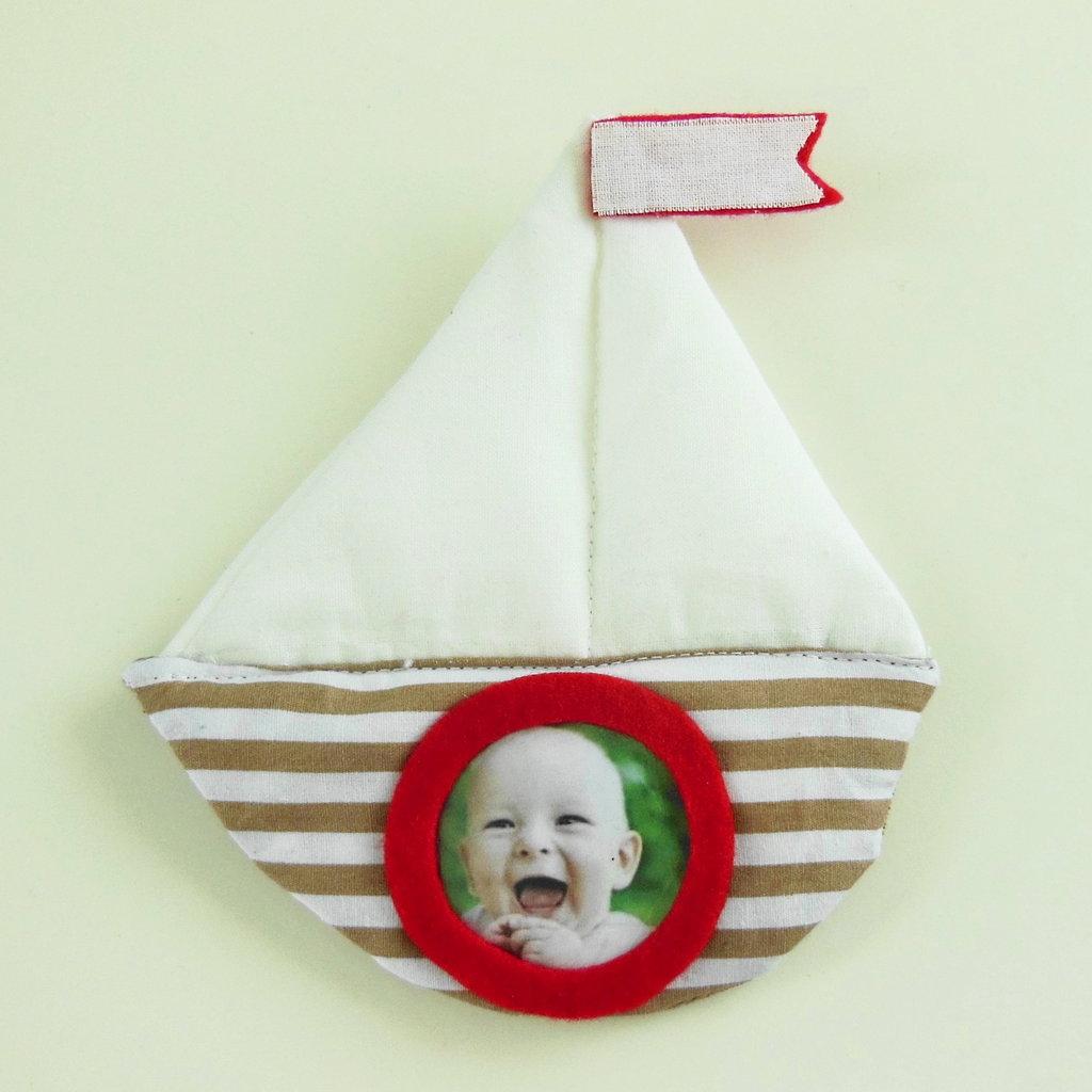 Cornice calamitata 'Barchetta' di stoffa : la foto del vostro bambino per la bomboniera nascita/battesimo/comunione/cresima!