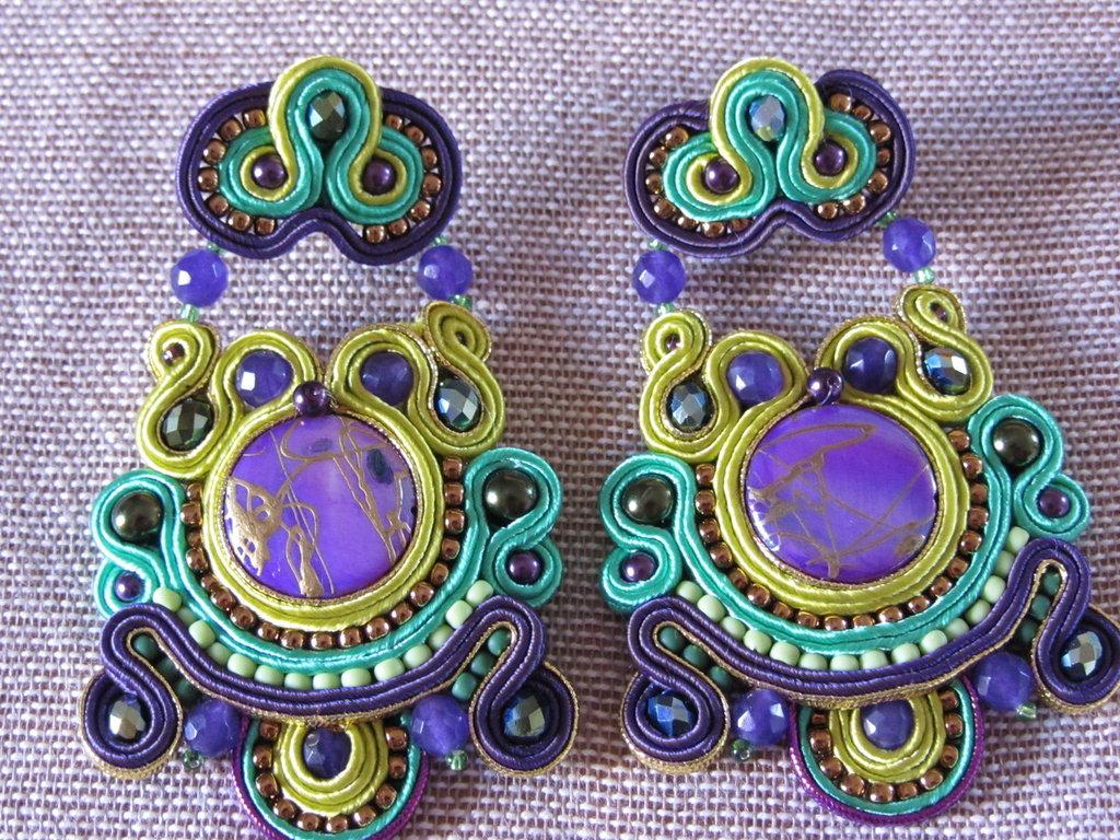 orecchini pendenti a soutache fatti a mano viola e verdi