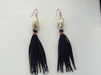 orecchini pendente a perla e ciuffo blu