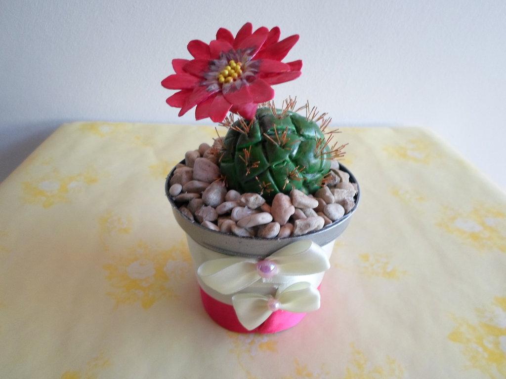cactus con fiore rosso fatti a mano con pasta di mais,soprammobile, ideale anche  come idea regalo ad un prezzo veramente speciale