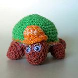 Tartaruga Amigurumi con cappellino e sonaglio interno