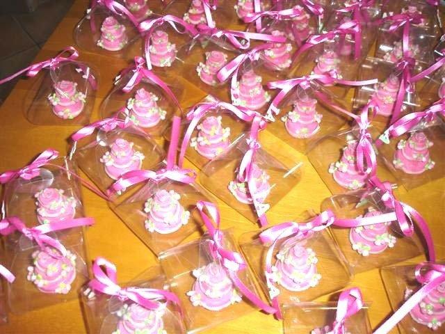 ESEMPIO DI MINI CAKE FIMO - ideale come bomboniera segnaposto  TORTA ROSA con BOCCIOLI DI ROSA  per matrimonio, compleanno battesimo SCEGLI TU COLORE e DECORO