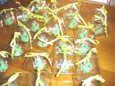 ESEMPIO DI MINI WEDDING CAKE FIMO - ideale come  segnaposto  bomboniera  TORTA VERDE  con BOCCIOLI DI ROSA  per matrimonio, compleanno battesimo SCEGLI TU COLORE e DECORO