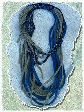 Collana con fettuccia blu e grigia